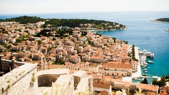 Zabytkowe miasteczko zwiedzane podczas rejsu morskiego
