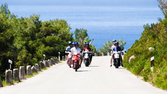 Przejażdżka skuterami podczas majówkowego rejsu w Chorwacji