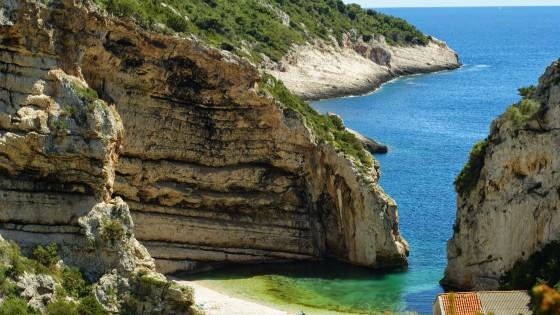 Malowniczy widok na zatokę podczas majówkowego rejsu w Chorwacji