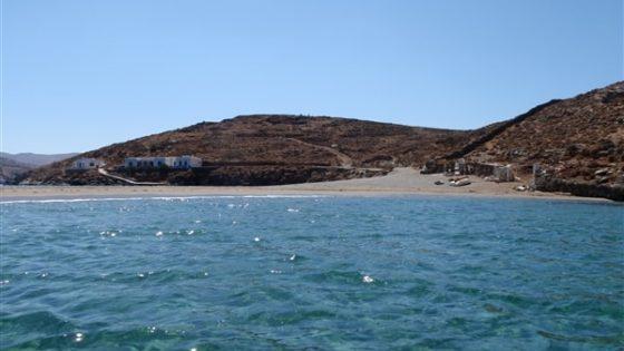 Widok z jachtu na wyspę podczas rejsu po Karaibach