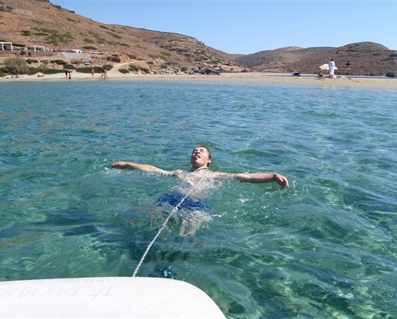 Kąpiel w zatoce uczestnika rejsu po Karaibach