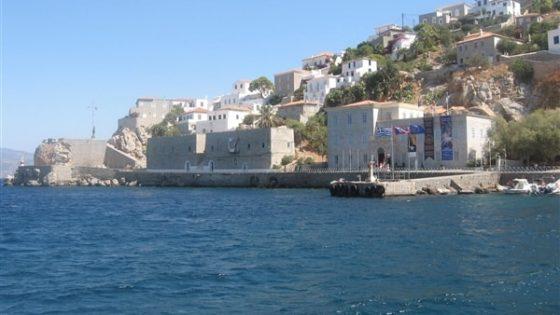 Widok z jachtu na budynki chroniące miasto