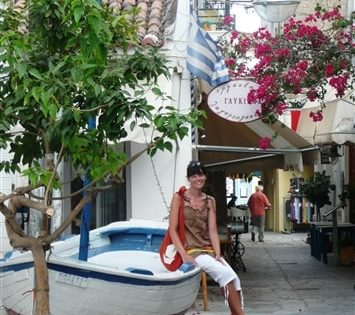 Załogantka rejsu po Grecji zwiedzająca miasto portowe