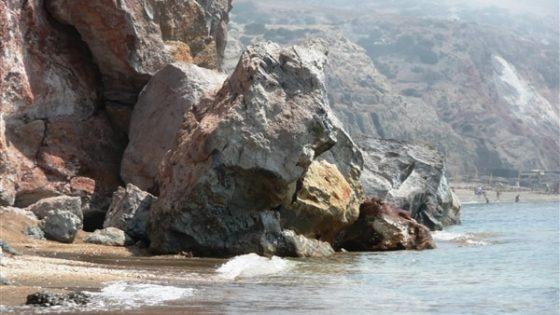 Skały na plaży podczas rejsu po Grecji