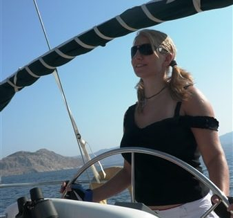 Sterowanie jachtem podczas rejsu w Grecji