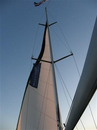 Jacht z flagą Blue Water Club