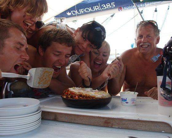 Uczestnicy rejsu jedzą grecką moussake