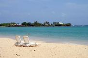 Leżaki na plaży w Martynice podczas rejsu po Karaibach